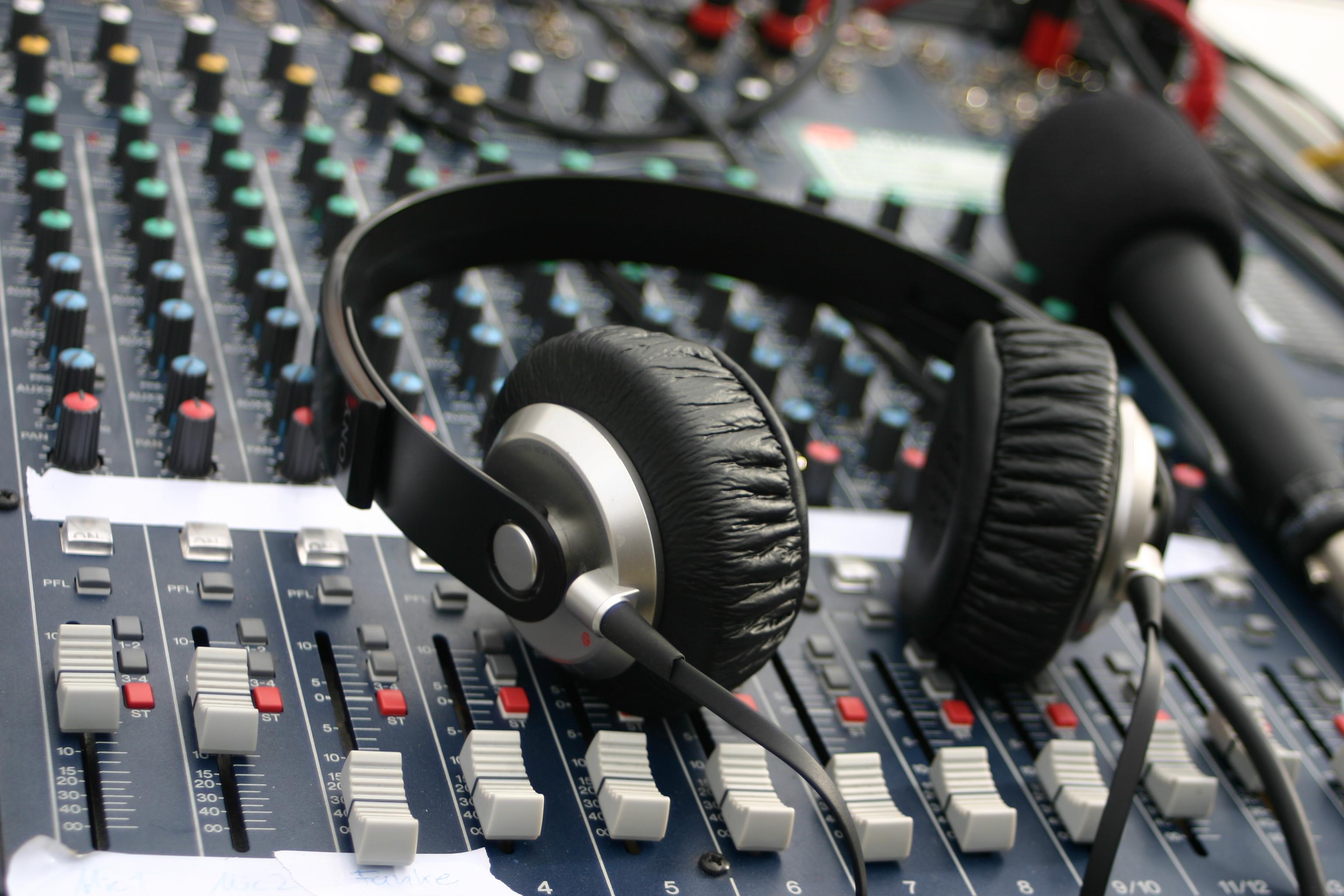 Kopfhörer auf Mischpult, Bildrechte: LoHRO