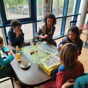 Hier wird im Café der STRAZE das Spiel Tal der Wikinger ausprobiert.