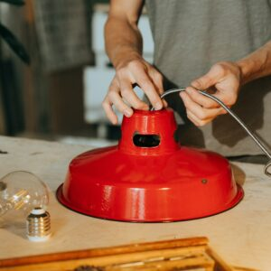 Lampe wird mit neuem Stromkabel repariert