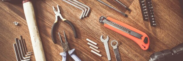verschiedene Werkzeuge auf einem Holztisch