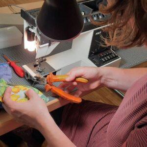 Sachgerechter Gebrauch von Werkzeug beim Probenähen ;-)